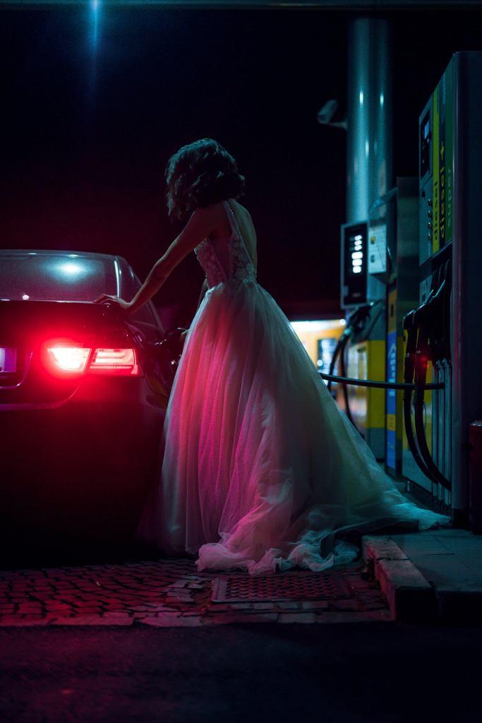 World of Darkness - Stories - 10 - Frau im Hochzeitskleid bei Nacht an einer Tankstelle