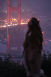 World of Darkness - Stories - 5 - Frau sieht nach oben vor der Golden Gate Bridge(Photo: Nick Bondarev)