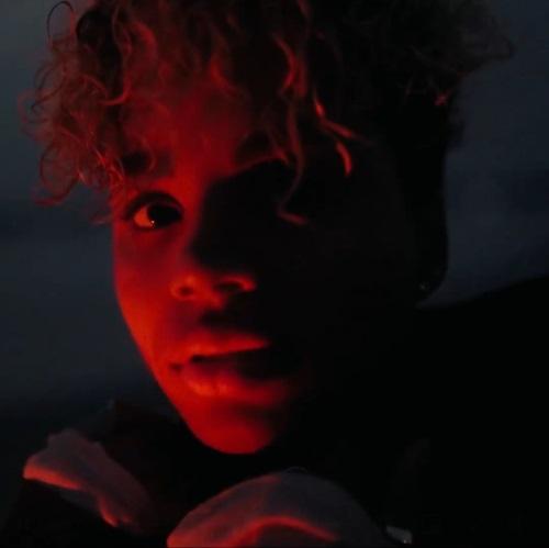 World of Darkness - Stories - 6 - Frau sieht in die Kamera bei Nacht und ist rot beleuchtet (Video: @cottonbro)