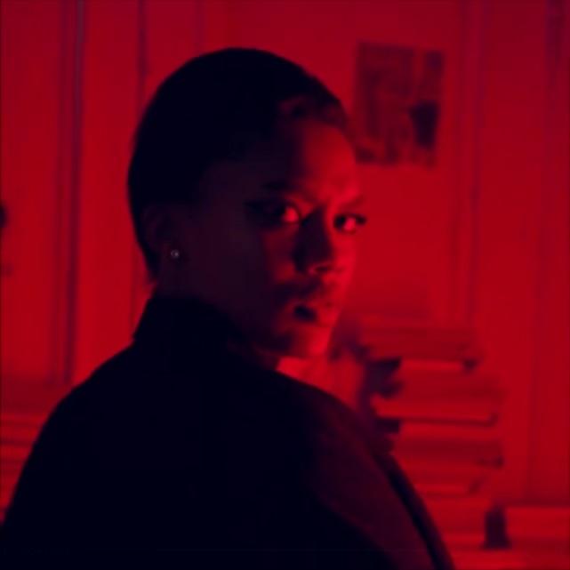World of Darkness - Stories - 7 - Frau im Anzug sieht über ihre Schulter zurück (Video von @cottonbro)