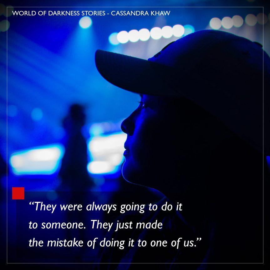 World of Darkness - Stories - 15 - Author Cassandra Khaw - Dunkelblau beleuchtete Person in einem Club
