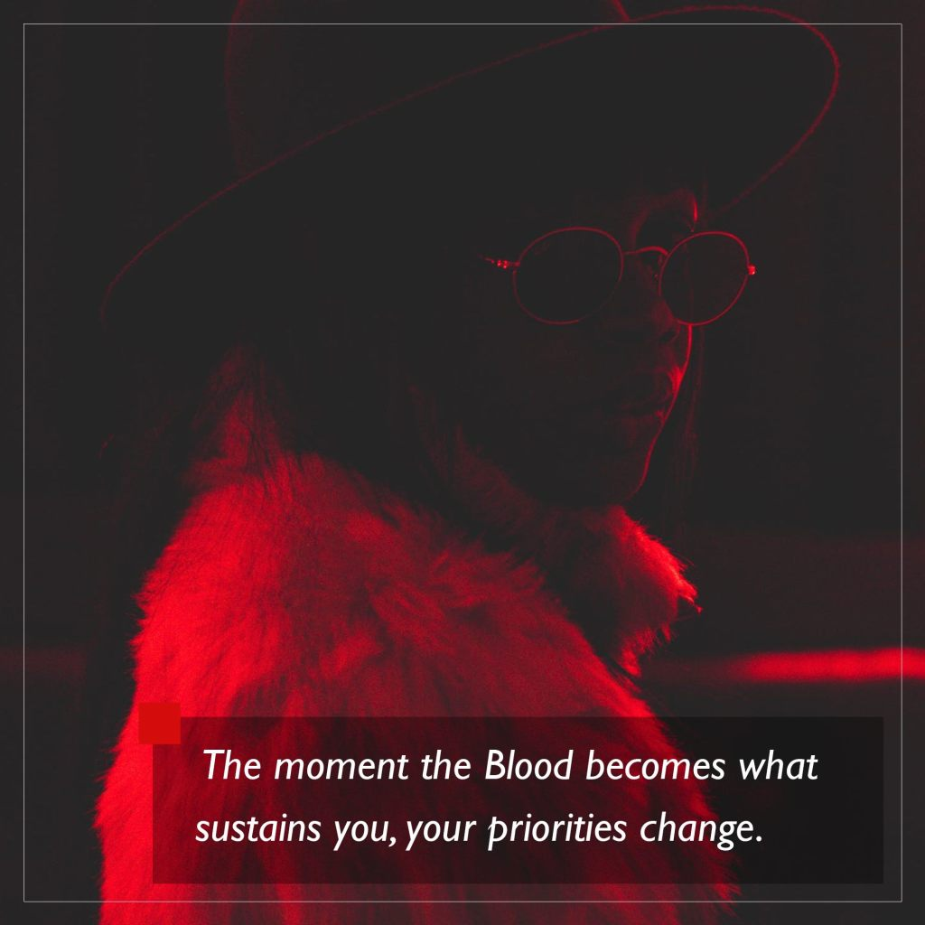 World of Darkness - Stories - 24 - Schwarze Frau in einem Pelz Mantel, mit einer Brille, in der Dunkelheit rotbeleuchtet