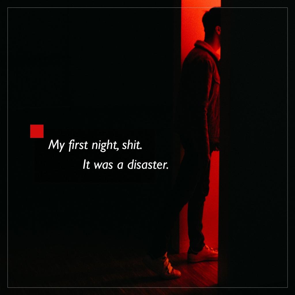 World of Darkness - Stories - 26 - Eine männlich aussehende Person, schreitet aus der Dunkelheit in einen rot beleuchteten Raum