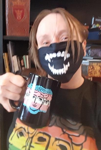 Meinereiner im Hecata LGBTQ-TShirt, mit Hecata Tasse und mit Vampir Mundschutz