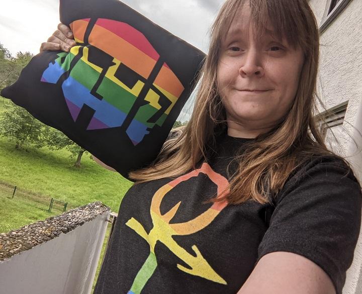 Meinereiner im LGBT-Anarchen T-Shirt sowie LGBT-Kissen